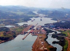 Schiffsreise - Schleusen im Panamakanal