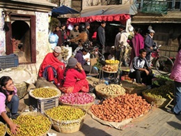 Reiseziel Himalaja - Straßenmarkt in Nepal